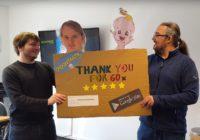 Tom und Ich halten ein Schild hoch in dem wir uns für die guten Bewertungen der Indie Gaming App Spoontastic Baby bedanken