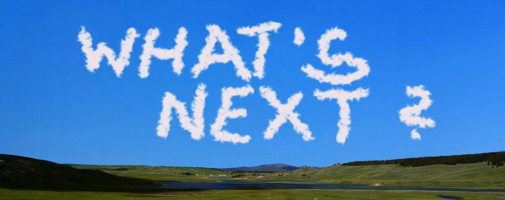 Ein blauer Himmel mit Wolken die den Schriftzug What's next? formen