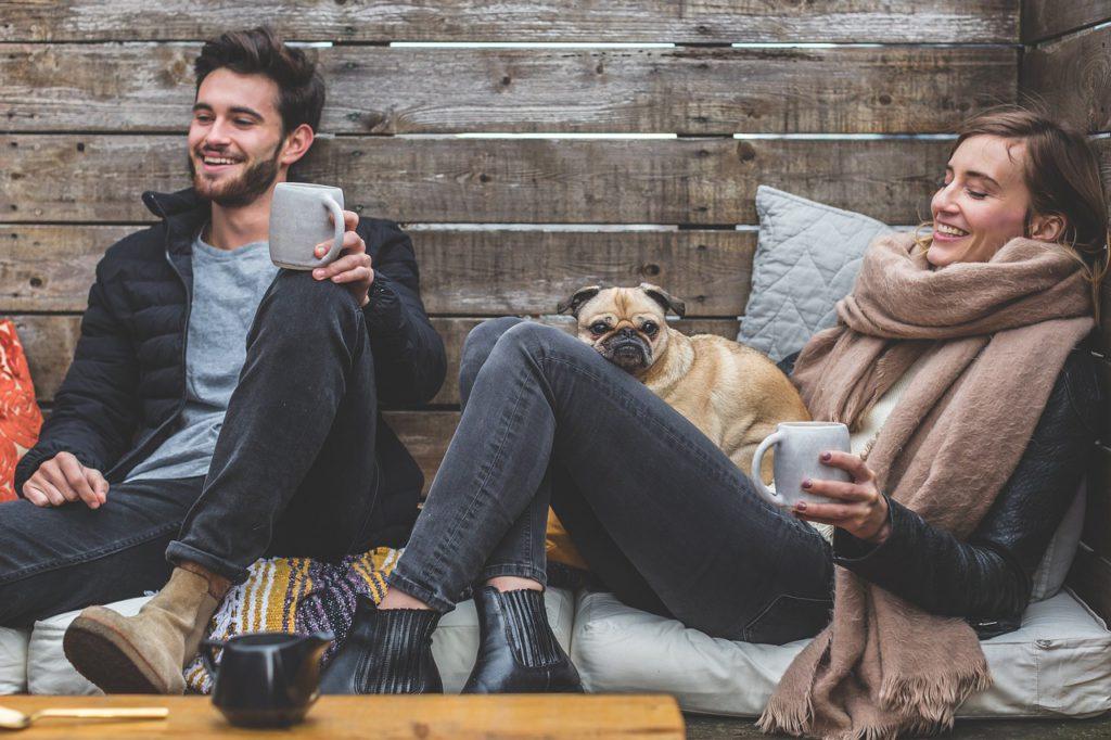 Zwei Freunde, die zusammen Kaffee trinken