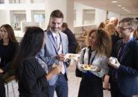Ein Gruppe Business-Menschen die networking betreiben