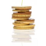 Goldene Geldmünzen aufgestapelt, auf dem eine kleine Pflanze wächst