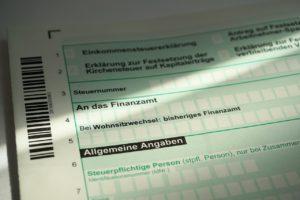 Ausschnitt einer deutschen Einkommenssteuer aus Papier
