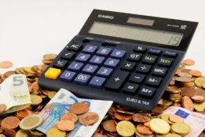 Casio Taschenrechner der auf Euro Münzen und Scheinen liegt