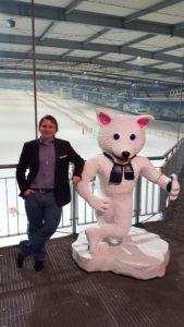 Ich (Robert) mit Casual Business Outfit in einer Indoor-Ski-Halle