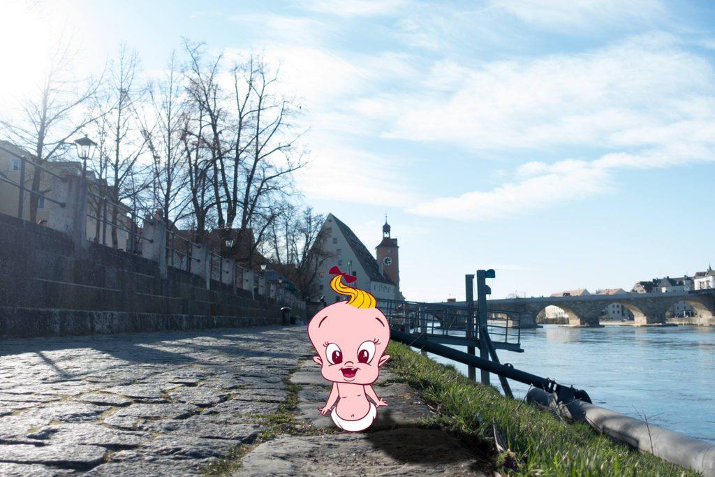 Unser spoontastisches Baby in Regensburg vor der Steinernen Brücke