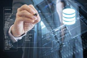 Ein Mensch, der auf einem Board mit einem Stift auf ein Datenbankmodell zeigt