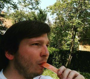 Ich mit Eis im Garten