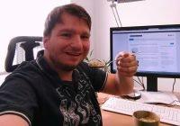 Ich, wie ich ein Löffel Haferflocken vor meinem PC esse