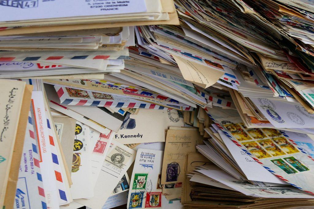 Ein chaotischer Stapel Briefe