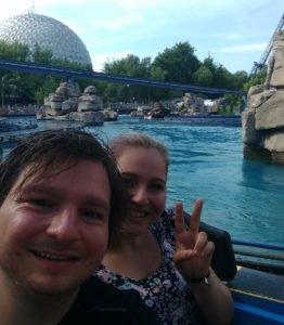 Ich mit meiner Nichte im Europapark beim Achterbahn fahren