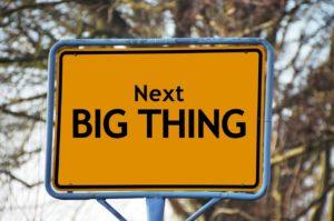 """Ein Ortsschild auf dem """"Next BIG THING"""" steht"""