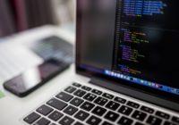 Laptop mit Programmcode