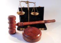 Gerichtshammer und Justizia Waage