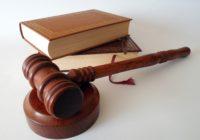 Richterhammer vor Gesetzesbücher