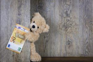 Teddybär, der 50 € hält