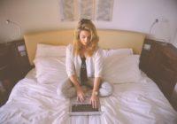 Kleinunternehmerin auf dem Bett