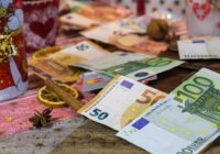 Euroscheine auf einem Weihnachtsgedeck