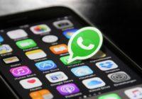 Smartphone mit Hervorhebung des WhatsApp Icons