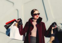 Frau mit vielen Einkaufstüten