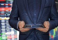 Anzugträger, der FinTech App bedient