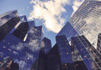Fassade Bank mit Himmel