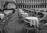 Leere Tische draußen vor Restaurant