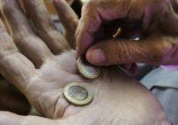 Alte Hände zählen Geld